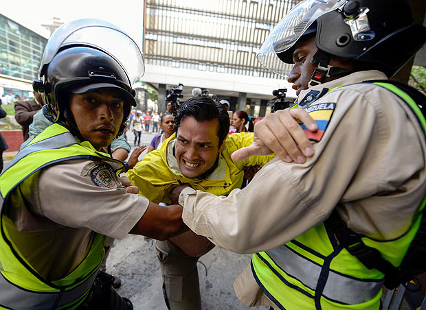 Riot policemen avoid opposition deputy Carlos Paparoni to go into the National Electoral Council in Caracas on June 9, 2016. / AFP PHOTO / FEDERICO PARRA ORG XMIT: FPZ122