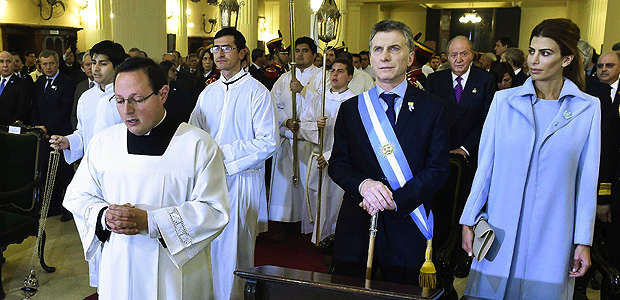 """Handout photo released by the Argentinian Presidency of Argentinian President Mauricio Macri (2-R, front), Argentinian First Lady Juliana Awada (R, front) and Spanish King Juan Carlos I (behind) as they attend a ceremony at the cathedral in Tucuman, Argentina on July 9, 2016, during the celebration of the bicentenary of the Argentinian Independence. / AFP PHOTO / PRESIDENCIA / HO / RESTRICTED TO EDITORIAL USE - MANDATORY CREDIT """"AFP PHOTO / ARGENTINIAN PRESIDENCY"""" - NO MARKETING NO ADVERTISING CAMPAIGNS - DISTRIBUTED AS A SERVICE TO CLIENTS"""