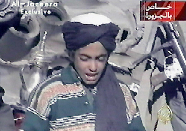 "ORG XMIT: 484201_1.tif Imagem da TV de Al-Jazeera exibe Hamza, filho do terrorista Osama bin Laden. This photo taken from the Qatar-based Al-Jazeera television broadcast 07 November, 2001, reportedly shows Hamza, one of the youngest sons of terror suspect Saudi born Osama bin Laden, reciting a poem extolling Kabul and Mullah Mohammad Omar, supreme leader of Afghanistan's Taliban rulers. Bin Laden's four sons accompanying Taliban and ""Afghan Arab"" fighters on a search of a purported US base in central Afghanistan were shown on the news channel. Bin Laden is the suspected of being behind the 11 September 2001 suicide attack on two US cities. AFP PHOTO/AL-JAZEERA"