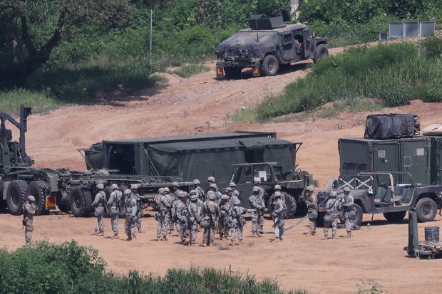 U.S. army soldiers take part in a military exercise near the demilitarized zone separating the two Koreas in Paju, South Korea, August 22, 2016. Lim Byung-sik/Yonhap via REUTERS ATTENTION EDITORS - THIS IMAGE HAS BEEN SUPPLIED BY A THIRD PARTY. SOUTH KOREA OUT. FOR EDITORIAL USE ONLY. NO RESALES. NO ARCHIVE. ORG XMIT: SEO401