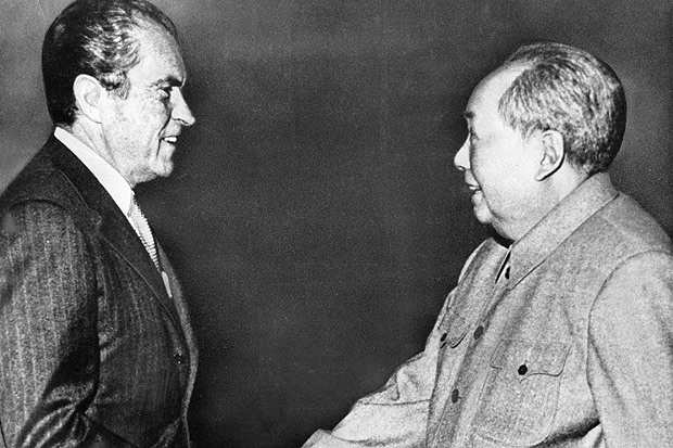O presidente norte-americano Richard Nixon (� esq.) cumprimenta o l�der chin�s Mao Ts�-tung durante visita � China, em Pequim. ** FILE** In this Feb 21, 1972 file photo, U.S. President Richard M. Nixon, left, shakes hands with Chinese communist party leader Chairman Mao Zedong during Nixon's groundbreaking trip to China, in Beijing. Forged in absolute secrecy at the height of the Cold War 30 years ago, the diplomatic ties established between the United States and China were meant to balance out the Soviet threat. (AP Photo/File)