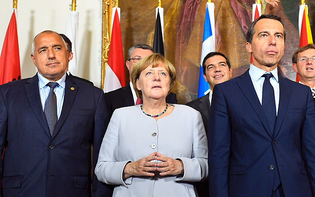 (L to R) Bulgaria's Prime minister Boyko Borissov, German chancellor Angela Merkel and Austrian chancellor Christian Kern pose for a family photo after a meeting on the Balkan migrant route into the EU in Vienna on September 24, 2016. / AFP PHOTO / JOE KLAMAR