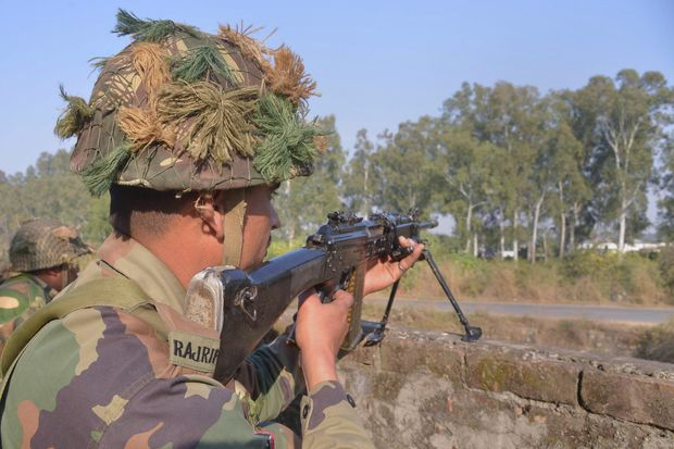 Indian army soldiers take up position on the perimeter of the airforce base in Pathankot on January 3, 2016. A fresh gunbattle erupted January 3, at the Indian air force base attacked by suspected Islamic militants a day earlier with the loss of 11 lives, police said. AFP PHOTO/ NARINDER NANU ORG XMIT: NN13