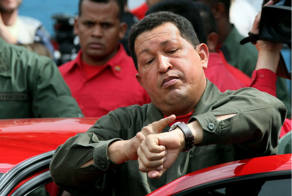 O presidente da Venezuela, Hugo Chávez, checa horário após votar no referendo sobre fim do limite à reeleição na Venezuela, em Caracas. Venezuelan President Hugo Chavez checks his watch after casting his vote during the referendum on a constitutional amendment, in Caracas on February 15, 2009. The closely-fought referendum, to be decided by a simple majority, is on changing the constitution to scrap term limits for mayors and governors as well as for Chavez, whose current term expires in 2012. After the vote, Chavez said that his future was at stake and promised to respect the result of the vote.