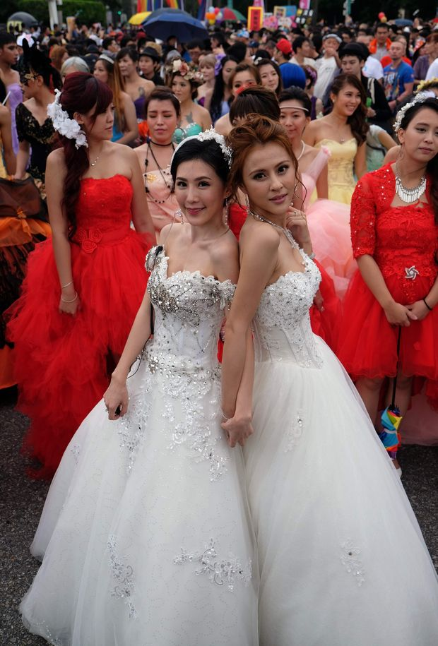 Two participants pose during the annual Taiwan lesbian, gay, bisexual and transgender pride parade in Taipei on October 29, 2016. Thousands of the same-sex activists marched in the streets in front of the Presidential Palace in Taipei calling the public to respect marriage equality. / AFP PHOTO / SAM YEH ORG XMIT: SY3706