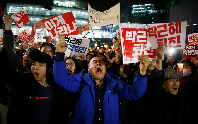 People chant slogans as they march toward the Presidential Blue House during a protest calling South Korean President Park Geun-hye to step down in Seoul, South Korea, November 19, 2016. REUTERS/Kim Hong-Ji ORG XMIT: SEO302
