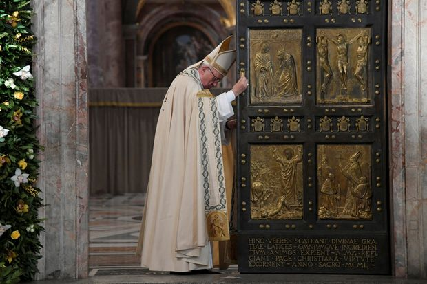 Pope Francis closes the Holy Door to mark the closing of the Catholic Jubilee year of mercy at the in Saint Peter's Basilica at the Vatican November 20, 2016. REUTERS/Tiziana Fabi/Pool TPX IMAGES OF THE DAY ORG XMIT: MXR14