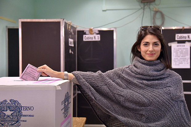 Virginia Raggi, prefeita de Roma, vota no referendo neste domingo (4)