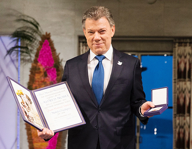 Nobel Peace Prize laureate Colombian President Juan Manuel Santos pose with the medal and diploma during the Peace Prize awarding ceremony at the City Hall in Oslo on December 10, 2016. President Juan Manuel Santos receives this year's Nobel Peace Prize for his efforts to bring Colombias more than 50-year-long civil war to an end. / AFP PHOTO / NTB Scanpix / Haakon Mosvold Larsen / Norway OUT