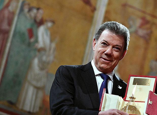 Presidente da Col�mbia, Juan Manuel Santos, posa com pr�mio recebido em Assis