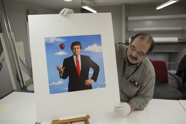 Funcion�rio da National Portrait Gallery, em Washington, com foto de Donald Trump tirada em 1989