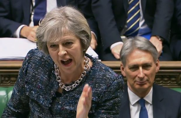 A primeira-ministra brit�nica, Theresa May, fala aos membros do Parlamento; ao fundo, o secret�rio do Tesouro, Philip Hammond