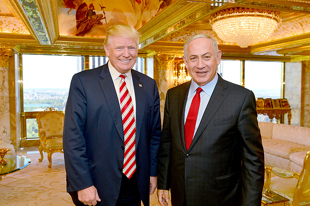 FILE PHOTO: Israeli Prime Minister Benjamin Netanyahu (R) stands next to Republican U.S. presidential candidate Donald Trump during their meeting in New York, September 25, 2016. Kobi Gideon/Government Press Office (GPO)/Handout via REUTERS/File Photo ATTENTION EDITORS - THIS IMAGE HAS BEEN SUPPLIED BY A THIRD PARTY. FOR EDITORIAL USE ONLY. ORG XMIT: JER10