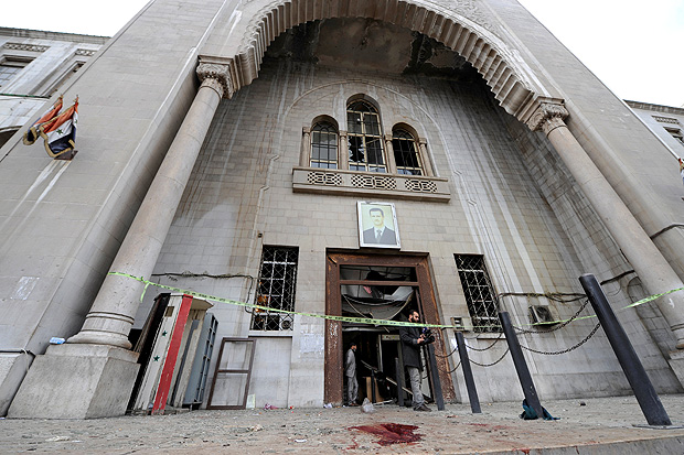 Blood stains the ground near a police line after a suicide blast, at the entrance of the Palace of Justice in Damascus, Syria March 15, 2017. REUTERS/Omar Sanadiki ORG XMIT: GGG-SYR43