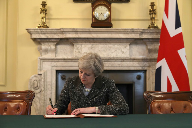 "Theresa May, primeira-ministra do Reino Unido, assina nesta ter�a (29) carta que d� in�cio ao ""brexit"""