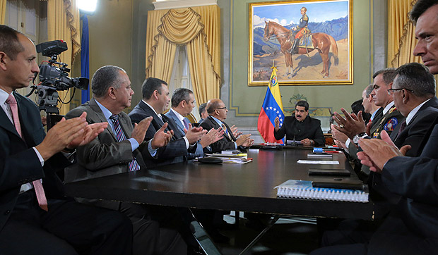 Venezuela's President Nicolas Maduro (C) speaks during a meeting with ministers and other Venezuelan authorities at Miraflores Palace in Caracas, Venezuela April 1, 2017. Miraflores Palace/Handout via REUTERS ATTENTION EDITORS - THIS PICTURE WAS PROVIDED BY A THIRD PARTY. EDITORIAL USE ONLY. ORG XMIT: VEN03