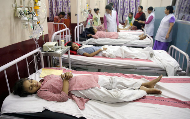 Children lie on hospital beds as they receive treatment after complaining of breathlessness and eye irritation following a gas leak from a fuel tanker in New Delhi, India, May 6, 2017. REUTERS/StringerFOR EDITORIAL USE ONLY. NO RESALES. NO ARCHIVES ORG XMIT: DEL01