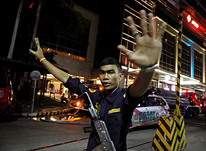 A security guard stops photographers from entering the vicinity of Resorts World Manila after gunshots and explosions were heard in Pasay City, Metro Manila, Philippines June 2, 2017. REUTERS/Erik De Castro ORG XMIT: GGGEDC808