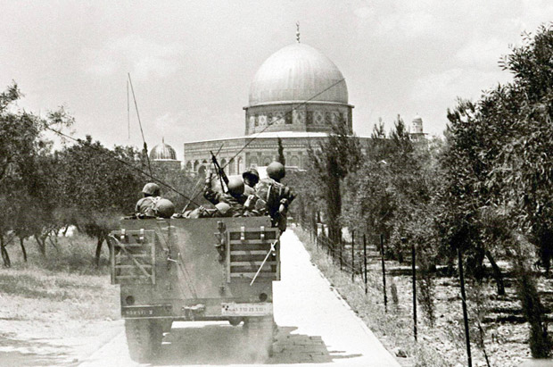 """Guerra dos Seis Dias: israelenses entram em Jerusalém leste, em junho de 1967. [FSP-Mundo-05.06.97] An undated file photograph from the 1967 Six Day War shows Israeli troops as they enter the Old City of Jerusalem in an Armored personnel carrier and make their way to the Dome of the Rock, one of the holiest sites in the Moslem world. Israel celebrates June 4 the 30th anniversary of its capture of East Jerusalem. As Israel strengthened security in Jerusalem June 4 on """"Jerusalem Day,"""" Prime Minister Netanyahu told the Knesset [Parliament] that """"Jerusalem will remain united and whole under Israeli sovereignty for eternity."""" jwh/Photo by Israeli Government Press Office REUTERS"""