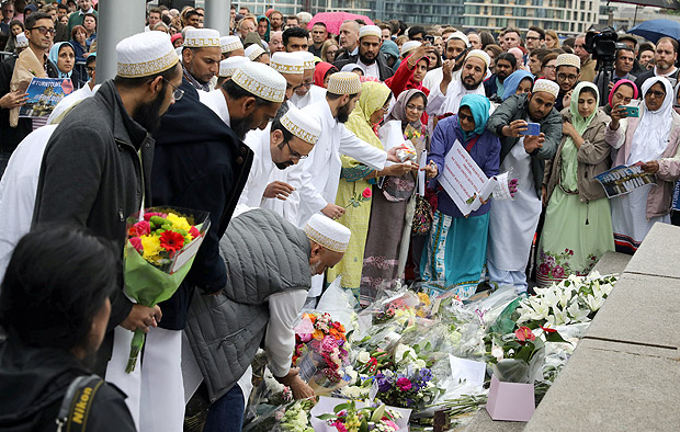 People lay flowers after a vigil to remember the victims of the attack on London Bridge and Borough Market, at Potters Field Park, in central London, Britain, June 5, 2017. REUTERS/Marko Djurica ORG XMIT: DST13