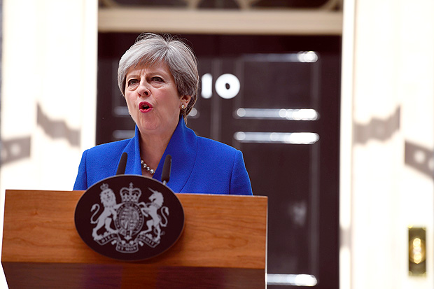 Britain's Prime Minister and leader of the Conservative Party Theresa May delivers a statement outside 10 Downing Street in central London on June 9, 2017 as results from a snap general election show the Conservatives have lost their majority. British Prime Minister Theresa May faced pressure to resign on June 9 after losing her parliamentary majority, plunging the country into uncertainty as Brexit talks loom. / AFP PHOTO / Justin TALLIS