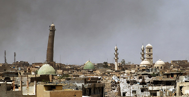 (FILES) This file photo taken on May 24, 2017 shows a general view of the Hadba leaning minaret and Nouri Mosque (R) in the Old City of Mosul on May 24, 2017, during the ongoing offensive to retake the area from Islamic State (IS) group fighters. The Islamic State jihadist group on June 21, 2017 blew up Mosul's iconic leaning minaret and the adjacent mosque where their leader Abu Bakr al-Baghdadi made his only public appearance in 2014, a top commander said. / AFP PHOTO / Ahmad al-Rubaye ORG XMIT: 3060