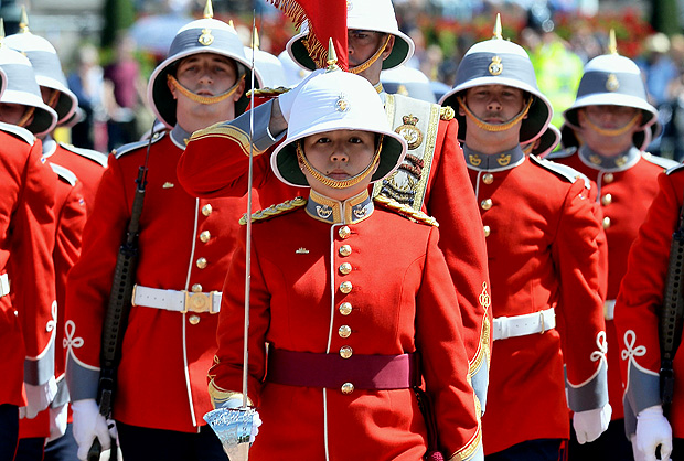 Captain Megan Couto (C) of the 2nd Battalion, Princess Patricia's Canadian Light Infantry (PPCLI) leads her battalion to makes history as the first woman to command the Queen's Guard at Buckingham Palace in central London on June 26, 2017. / AFP PHOTO / POOL / John Stillwell ORG XMIT: ROYAL_Guard_112031.JPG
