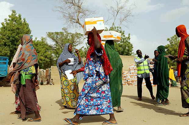 Women carry food supplement received from World Food Programme (WFP) at the Banki IDP camp, in Borno, Nigeria April 26, 2017. Picture taken April 26, 2017. REUTERS/Afolabi Sotunde ORG XMIT: HFSGGGNIG13