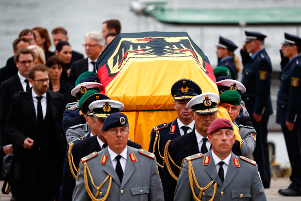 The coffin of late German Chancellor Helmut Kohl arrives in Speyer, western Germany, on July 1, 2017, ahead of a memorial service. Helmut Kohl, the former German chancellor who seized the chance to reunite his country after years of Cold War separation, died at the age of 87 on June 16, 2017. / AFP PHOTO / Odd ANDERSEN