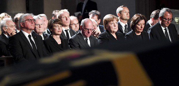 (L-R) German President Frank-Walter Steinmeier and his wife Elke Buedenbender, Presient of German parliament Norbert Lammert, German Chancellor Angela Merkel, Rhineland Palatinate State premier Malu Dreyer and President of Germany's Constitutional Court Andreas Vosskuhle attend a memorial service for late former Chancellor Helmut Kohl on July 1, 2017 at the cathedral in Speyer. Helmut Kohl, the former German chancellor who seized the chance to reunite his country after years of Cold War separation, died at the age of 87 on June 16, 2017. / AFP PHOTO / POOL / Marijan Murat ORG XMIT: 90-019105