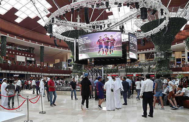 Barcelona football club fans wait for the arrival of Barcelona players at the Qatar mall in Doha on July 5, 2017. / AFP PHOTO / KARIM JAAFAR