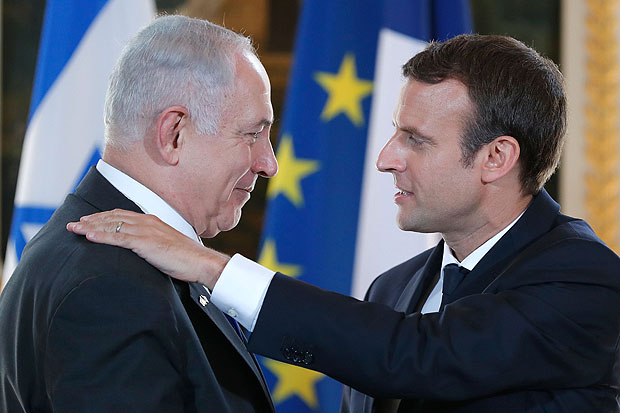 French President Emmanuel Macron (R) and Israeli Prime Minister Benjamin Netanyahu (L) give a joint press conference at the Elysee Palace in Paris, on July 16, 2017. / AFP PHOTO / POOL / STEPHANE MAHE ORG XMIT: MAHE409
