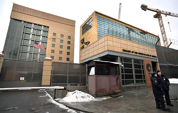 (FILES) This file photo taken on December 30, 2016 shows Russian policemen standing guard in front of the US Embassy in Moscow. Russia's foreign ministry announced, on July 28, 2017, counter measures in response to tough new sanctions proposed by the United States, ordering Washington to reduce its diplomatic staff. Moscow ordered the US to reduce its diplomatic presence in Russia to 455 diplomats and staff and also barred it from using a Moscow summer house and storage facility. / AFP PHOTO / Alexander NEMENOV