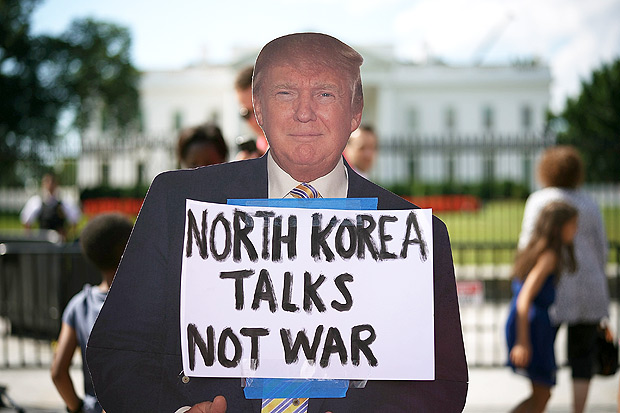 Cartaz do americano Donald Trump durante protesto contra a amea�a de conflito com Coreia do Norte