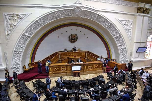 "General view of the August 9, 2017 session of the Venezuelan National Assembly in Caracas. Political tensions in crisis-wracked Venezuela simmered Wednesday as the opposition-controlled legislature was to convene, after a rival assembly loyal to President Nicolas Maduro created a ""truth commission"" seen as targeting lawmakers. / AFP PHOTO / FEDERICO PARRA ORG XMIT: FPZ3910"