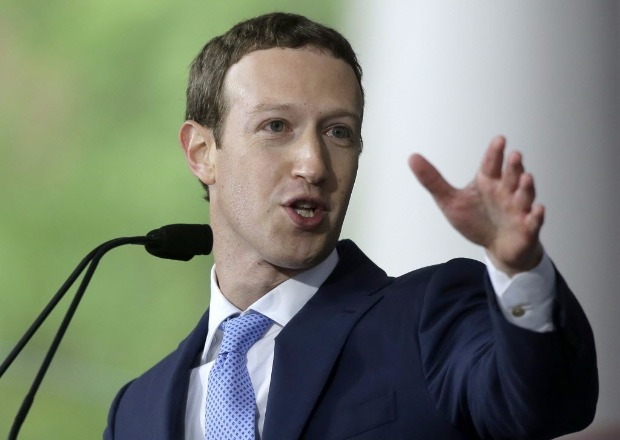 O executivo-chefe do Facebook, Mark Zuckerberg, discursa em Harvard, universidade da qual desistiu