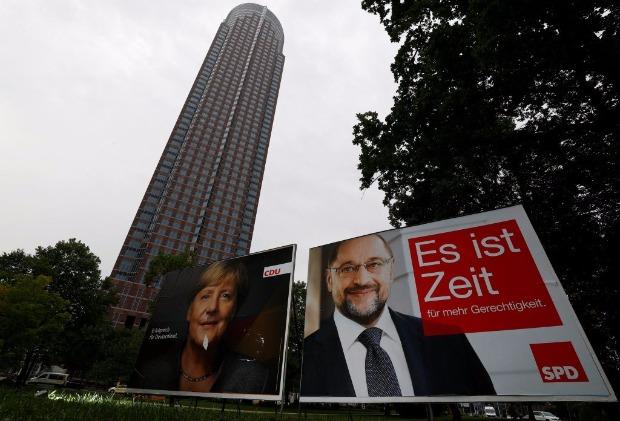 Cartazes de campanha de Angela Merkel e Martin Schulz são vistos em um parque de Frankfurt