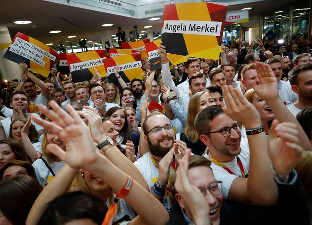 People at the Christian Democratic Union CDU headquarters react on first exit polls in the German general election (Bundestagswahl) in Berlin, Germany, September 24, 2017. REUTERS/Kai Pfaffenbach ORG XMIT: MAT41