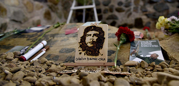"A picture of Argentine-born guerrilla leader Ernesto ""Che"" Guevara ngs of cigars and cigarettes at his memorial in Valle Grande, Bolivia on October 8, 2017 during the 50th anniversary of his demise. / AFP PHOTO / AIZAR RALDES ORG XMIT: 011033"