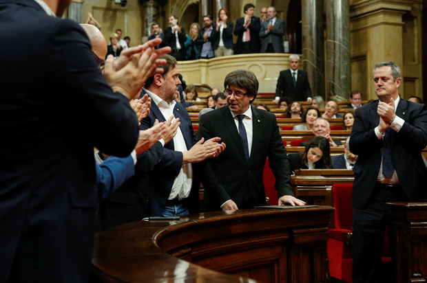 Catalan President Carles Puigdemont (C) is applauded after delivering a speech in the Catalonian regional parliament in Barcelona, Spain, October 10, 2017. REUTERS/Albert Gea ORG XMIT: PDH170