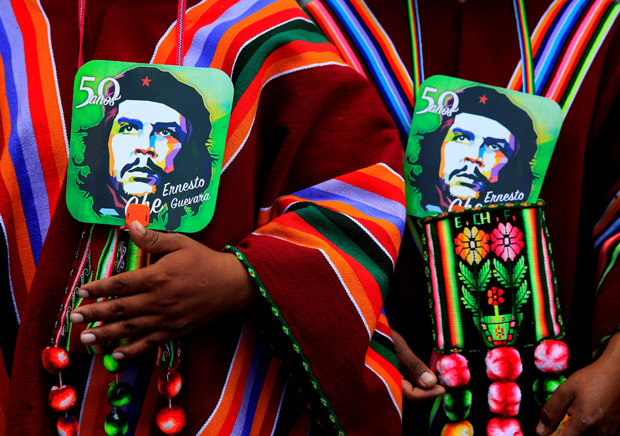 Aymara men hold images of Ernesto Che Guevara as they attend a ceremony to commemorate Che Guevara's 50th death anniversary in Vallegrande, Santa Cruz, Bolivia, October 9, 2017. REUTERS/David Mercado NO RESALES. NO ARCHIVES TPX IMAGES OF THE DAY ORG XMIT: LPZ14