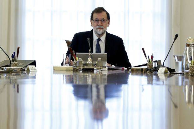 Spanish Prime Minister Mariano Rajoy presides a crisis cabinet meeting at the Moncloa Palace on October 21, 2017 in Madrid. Spain's government kicked off a crisis cabinet meeting as it prepares to seize powers from Catalonia's separatist government in a bid to stop the northeastern region's independence drive. / AFP PHOTO / POOL / Juan Carlos Hidalgo ORG XMIT: GRA009