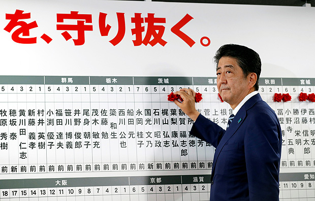 Japan's Prime Minister Shinzo Abe, leader of the Liberal Democratic Party (LDP), looks on as he puts a rosette on the name of a candidate who is expected to win the lower house election, at the LDP headquarters in Tokyo, Japan, October 22, 2017. EUTERS/Kim Kyung-Hoon ORG XMIT: DEL74