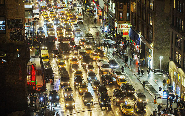 Yellow taxi cabs in traffic during rush hour in Midtown Manhattan, Jan. 10, 2017. Yellow cabs, once seen as a fixture of New York City life, have lost significant ground to a growing fleet of black cars summoned by ride-hailing apps with short, catchy names and loyal followings. (Hiroko Masuike/The New York Times) ORG XMIT: XNYT21 ***DIREITOS RESERVADOS. NÃO PUBLICAR SEM AUTORIZAÇÃO DO DETENTOR DOS DIREITOS AUTORAIS E DE IMAGEM***