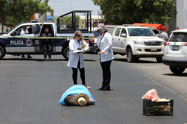 ATTENTION EDITORS - VISUAL COVERAGE OF SCENES OF INJURY OR DEATHForensic technicians work at a crime scene where journalist Javier Valdez was gunned down by unknown assailants in Culiacan, in Sinaloa state, Mexico, May 15, 2017. REUTERS/Jesus Bustamante TEMPLATE OUT ORG XMIT: TBR03