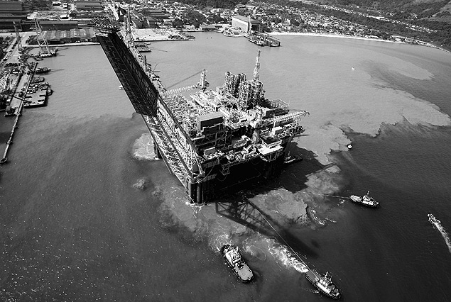 ORG XMIT: 555401_1.tif Vista a�rea de plataforma da Petrobras, no Rio de Janeiro (RJ). This photo released by Petrobras shows an aerial view of an oil platform in Rio de Janeiro, in this 2007 photo. Booming Brazil is in overdrive with test drilling at a potentially mammoth offshore oil field, trucks jamming ports to offload soy shipments for China, biofuel production galore and plenty of cash for mega-infrastructure projects ranging from bridges to dams.(AP Photo/Petrobras)