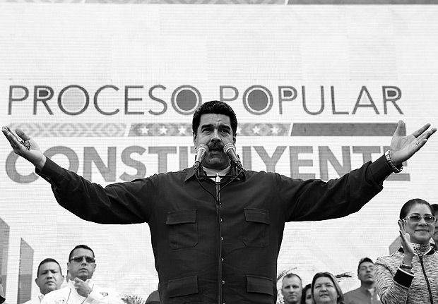 Venezuela's President Nicolas Maduro speaks, during a meeting with supporters at Miraflores Palace in Caracas, Venezuela May 19, 2017. Miraflores Palace/Handout via REUTERS ATTENTION EDITORS - THIS PICTURE WAS PROVIDED BY A THIRD PARTY. EDITORIAL USE ONLY. ORG XMIT: VEN02