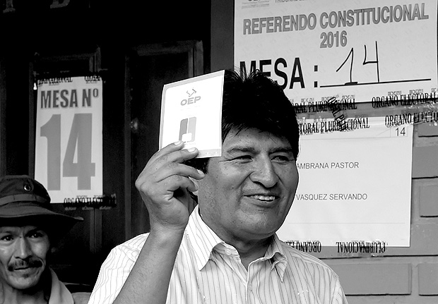 Bolivia's President Evo Morales holds a ballot paper during a national referendum in Villa 14 de Septiembre in the Chapare region February 21, 2016. Bolivia goes to the polls on Sunday in a referendum that will decide if Morales can stay in power for a fourth term, with the result looking uncertain as support for the once popular leader has ebbed. REUTERS/Danilo Balderrama TPX IMAGES OF THE DAY ORG XMIT: LPZ01