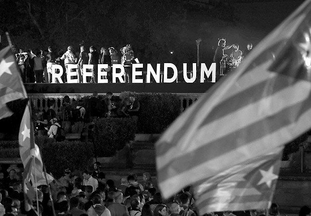 """People react on the stage behind the word """"Referendum"""" during a closing rally in favour of the banned October 1 independence referendum in Barcelona, Spain, September 29, 2017. REUTERS/Susana Vera ORG XMIT: SPS281"""