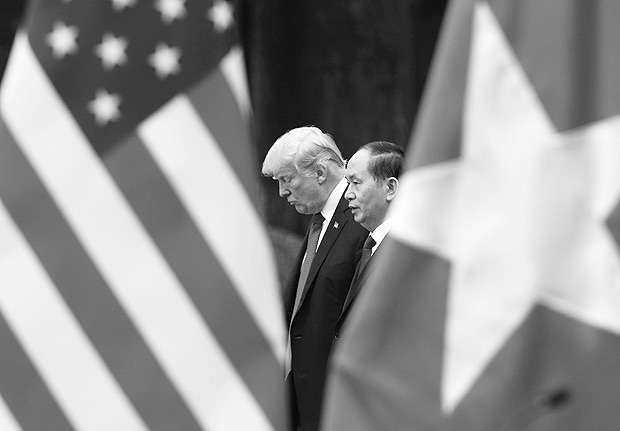 TOPSHOT - US President Donald Trump and Vietnam's President Tran Dai Quang attend a press conference at the Presidential Palace in Hanoi on November 12, 2017. Trump arrived in the Vietnamese capital on November 11 after attending the Asia-Pacific Economic Cooperation (APEC) Summit leaders meetings earlier in the day in Danang. / AFP PHOTO / POOL / KHAM ORG XMIT: GGGHAN17